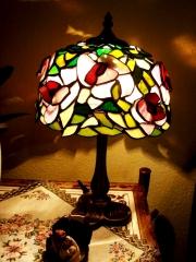 Rozsas-kis-asztali-tiffany-lampa-2