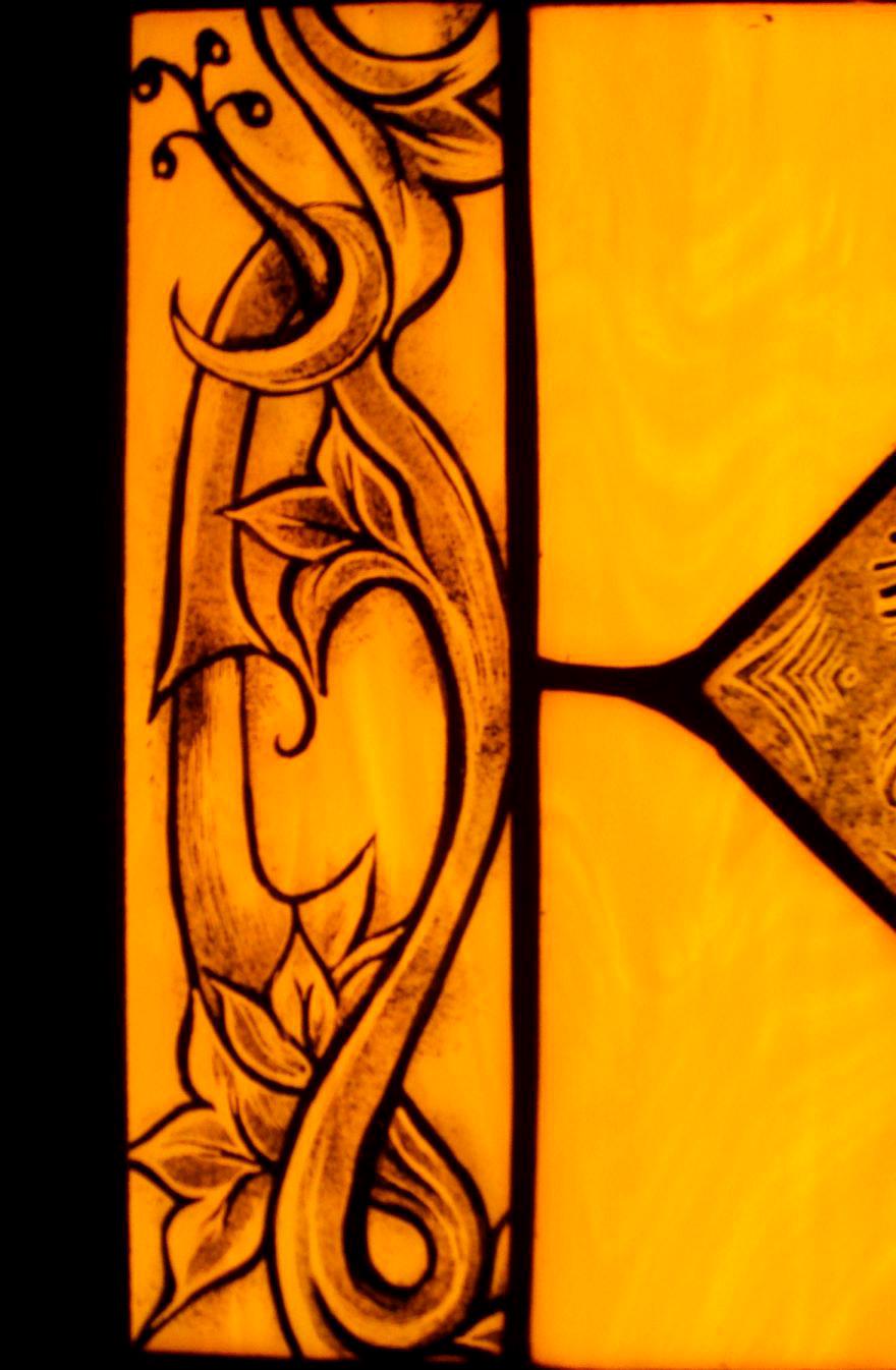 Szogletes-kezzel-festett-tiffany-lampa-kovacsoltvas-tartoval-5
